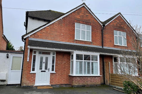 Orchard Way, Stratford-Upon-Avon, Warwickshire, CV37. 2 bedroom semi-detached house