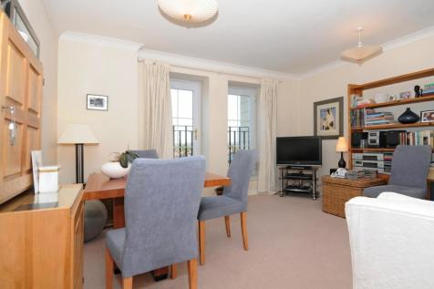 Kings Lodge, Pembroke Road, Ruislip, Middlesex, HA4 8NJ. 1 bedroom flat