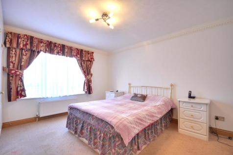Aylsham Drive, Ickenham, Middlesex, UB10 8UN. 2 bedroom flat