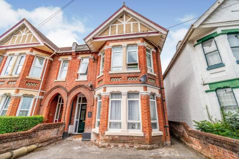 Thornbury Avenue, Shirley, Southampton, Hampshire, SO15. 6 bedroom semi-detached house