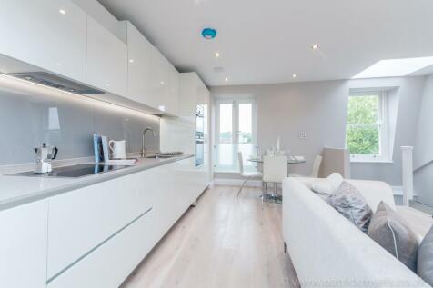 Friern Road, London SE22. 2 bedroom flat