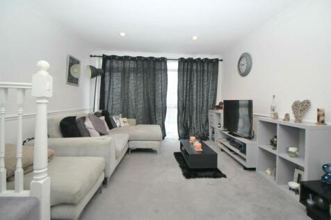 Turners Hill, Cheshunt, Waltham Cross. 2 bedroom maisonette