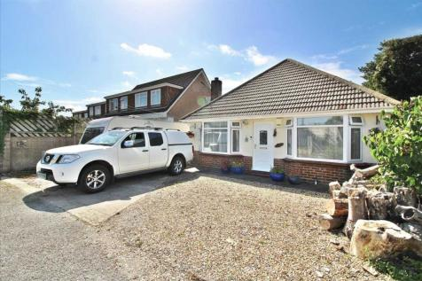 EXTENDED LARGE 3 BEDROOM BUNGALOW PLUS DINING ROOM - LOTS OF POTENTIAL - PARKING FOR SEVERAL VEHICLES/CARAVAN MOTO.... 3 bedroom detached bungalow
