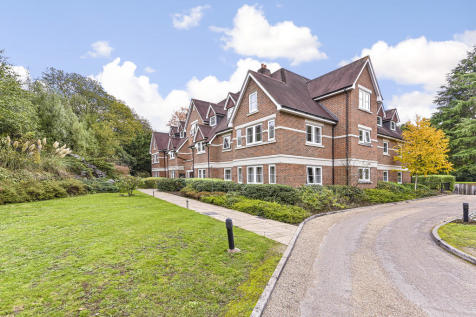 Lakewood, Portsmouth Road. 2 bedroom apartment