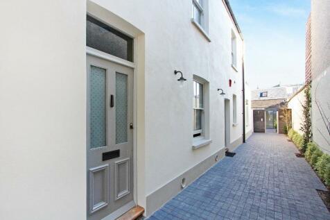 Durham Road, Wimbledon, SW20. 2 bedroom flat