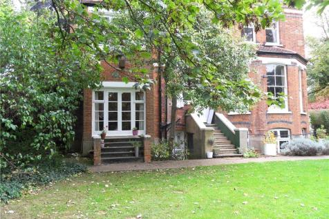 The Drive, Wimbledon, SW20. 1 bedroom detached house
