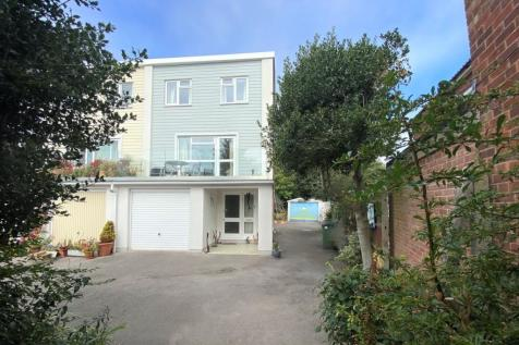 Shore Road, Warsash. 3 bedroom end of terrace house