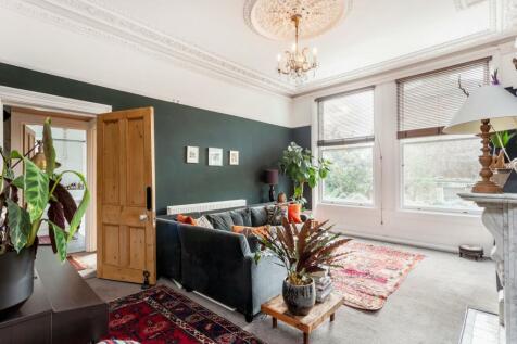 Queens Drive, Highbury, N4. 1 bedroom ground floor flat for sale