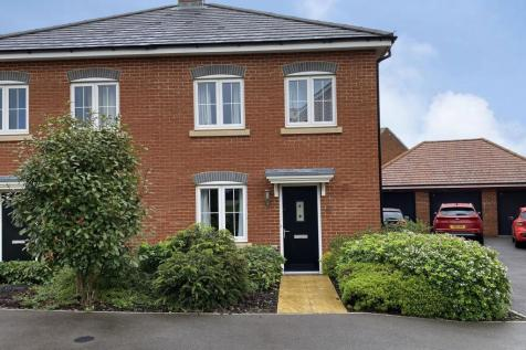 88 Bramley Drive, Hartley Wintney, Hook, Hampshire, RG27. 3 bedroom semi-detached house for sale