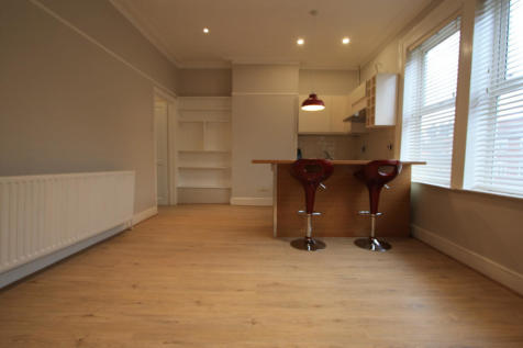 Garratt Lane, London, SW17. Studio flat