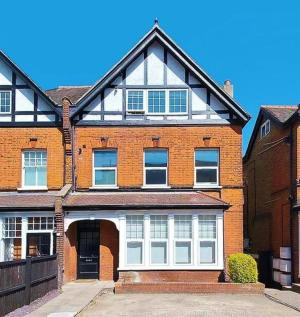 High Road, Woodford Green. 2 bedroom flat