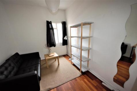 Caledonian Road, London N1. 2 bedroom maisonette