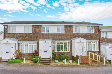 CLOSE TO TOWN CENTRE. 2 bedroom terraced house for sale