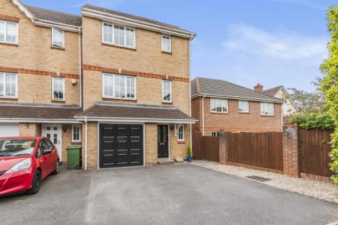 Camford Close, Beggarwood, Basingstoke, RG22. 4 bedroom town house