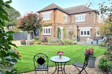 Clifton Road, Lee-On-The-Solent. 4 bedroom detached house