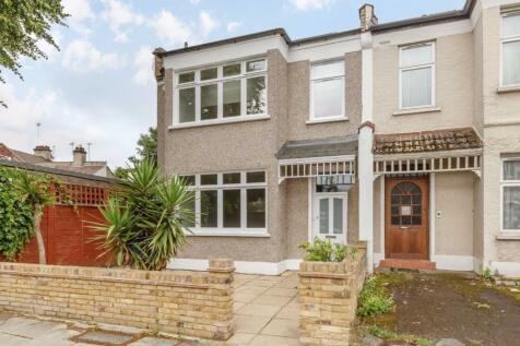 Aldbourne Road, Shepherds Bush. 3 bedroom flat