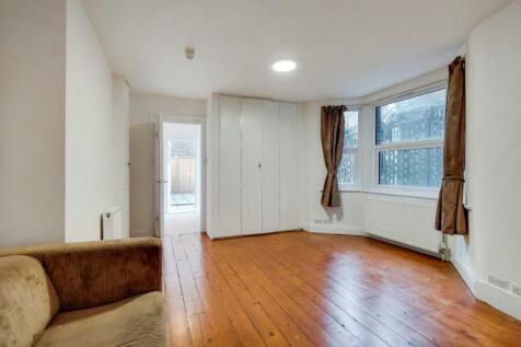 West End Lane, West Hampstead NW6. Studio flat