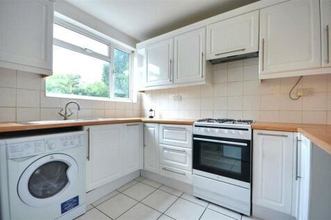 Victoria Road, Ruislip, Middlesex, HA4. 3 bedroom flat