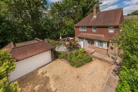 Meadway, Haslemere, Surrey, GU27. 4 bedroom detached house