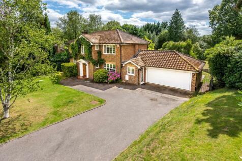 Stoatley Rise, Haslemere, Surrey, GU27. 4 bedroom detached house