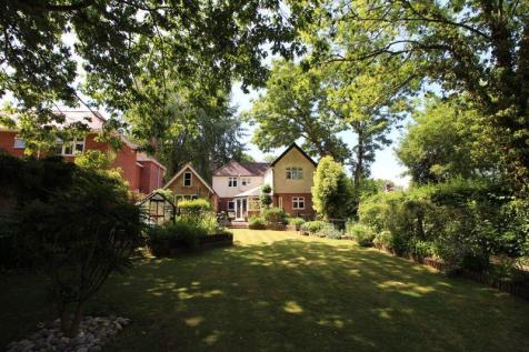 SUBSTANTIAL FOUR BEDROOM, FIVE RECEPTION, FAMILY HOME SET IN LARGE MATURE GROUNDS. 4 bedroom detached house