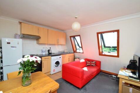 Shepherd's Bush Road, Hammersmith W6. 2 bedroom flat