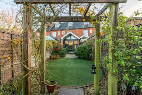 Beautifully extended townhouse in Central Romsey. 4 bedroom terraced house