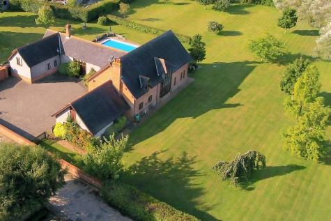 A substantial residence in quiet location in Newbridge, Copythone. 6 bedroom detached house