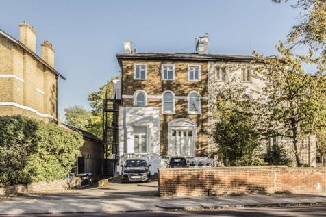 St. Margarets Road, St Margarets. 2 bedroom flat