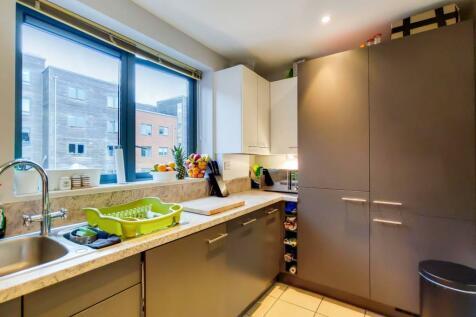 Lanesborough Way, Earlsfield, London, SW17. 2 bedroom flat for sale