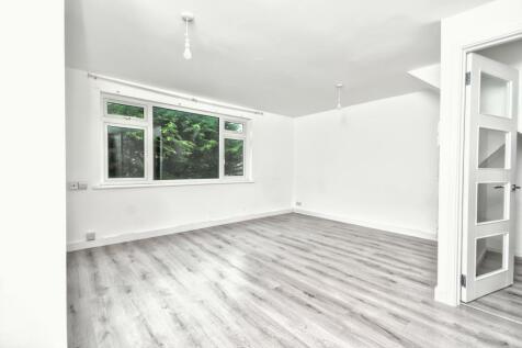 Timperley Gardens, REDHILL. Studio apartment