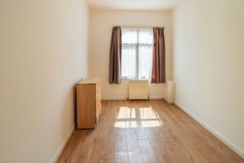 Eastern Avenue, Ilford, IG2. 3 bedroom flat