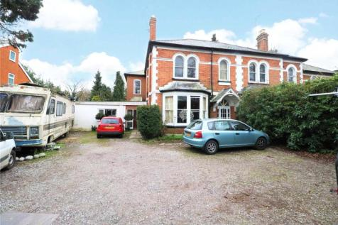 Sandhurst Road, Crowthorne, Berkshire, RG45. 8 bedroom semi-detached house