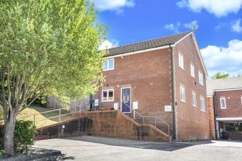 Hillside Road, Whyteleafe, Surrey, CR3. 2 bedroom maisonette