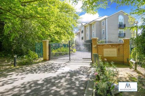 Regents Drive, Woodford Green IG8. 2 bedroom flat
