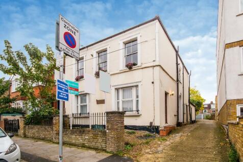 Cavendish Road, London, SW19. 1 bedroom ground floor flat