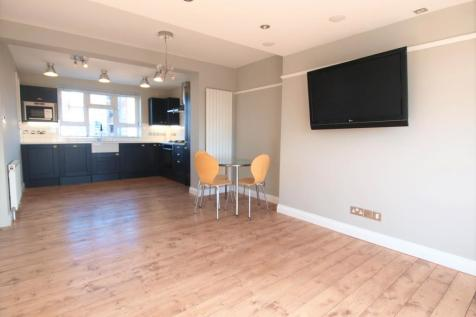 St Johns Court, Queens Drive, Finsbury Park, N4. 3 bedroom flat