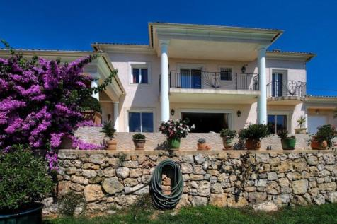 Provence-Alps-Cote d`Azur, Alpes-Maritimes, Mouans-Sartoux. 4 bedroom villa for sale