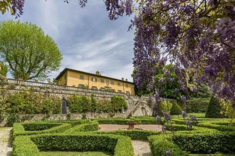 Tuscany, Lucca, Lucca. 5 bedroom villa for sale