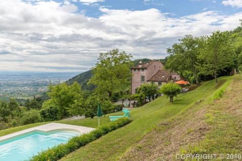 Tuscany, Lucca, Lucca. 4 bedroom farm house for sale