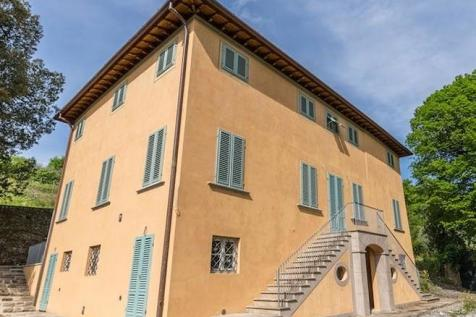 Tuscany, Lucca, Lucca. 6 bedroom villa for sale