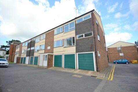 Cliftonville Court, Northampton, NN1. 3 bedroom flat