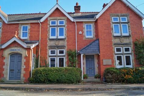 Barttelot Road, Horsham, West Sussex. RH12 1DE. 2 bedroom maisonette