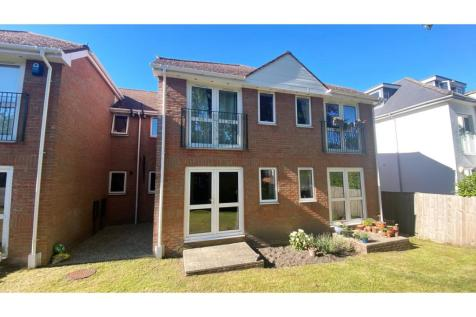 87 Penn Hill Avenue, Poole, BH14. 2 bedroom ground floor flat