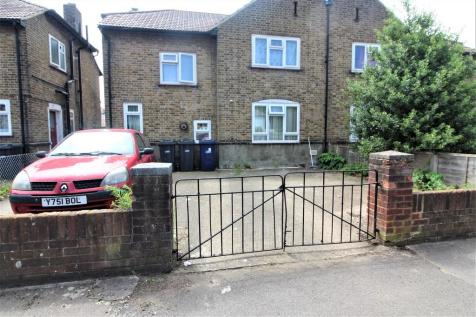 South Avenue, Southall. 2 bedroom ground maisonette
