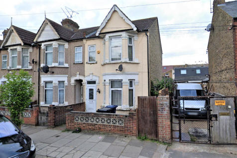 West End Road, Southall. 3 bedroom end of terrace house