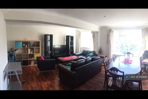 Radcliffe Square, London, SW15. 3 bedroom flat