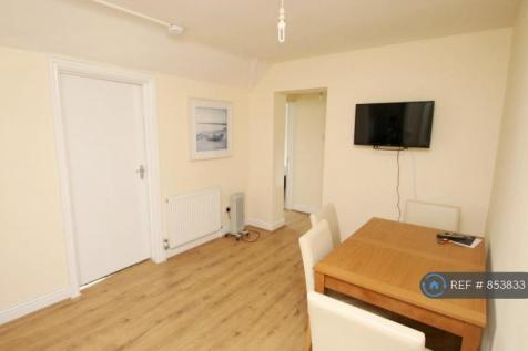 High Street, London Colney, St. Albans, AL2. 2 bedroom flat