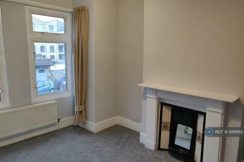 Fortescue Road, London, SW19. 2 bedroom maisonette