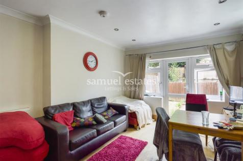 Tooting Bec Road, London, SW17. 3 bedroom flat